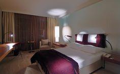 #Schlafzimmer in Radission SAS Köln von #BertHaller. Sehe mehr: http://wohnenmitklassikern.com/klassich-wohnen/50-top-innenarchitekten-in-deutschland/32/