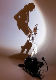 Michael Jackson shadow art He He He ! Illusion Kunst, Illusion Art, Art Optical, Optical Illusions, Shadow Photography, Art Photography, Illusion Pictures, Shadow Art, Shadow Play