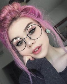 Check out these 30 Edgy Hair Color ideas & their Makeup looks! Get inspired and … Check out these 30 Edgy Hair Color ideas & their Makeup looks! Get inspired and try them! Read the article now! Blond Hairstyles, Pretty Hairstyles, Pelo Multicolor, Eye Makeup, Hair Makeup, Hippie Look, Girls With Glasses, Makeup With Glasses, People With Glasses