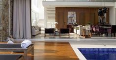 Em um de seus projetos, o arquiteto Marcelo Mota integrou a sala à piscina com portas de vidro e, para o ambiente não ficar muito quente, usou rolos de tela. Veja o projeto e inspire-se com as ideias para planejar sua área de lazer
