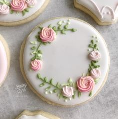 "Simple and sweet 💕 ""She is clothed in strength and dignity and she laughs without fear of the future."" Proverbs Sweetest theme for a… Mother's Day Cookies, Fancy Cookies, Valentine Cookies, Iced Cookies, Cute Cookies, Easter Cookies, Cookies Et Biscuits, Cupcake Cookies, Cupcakes"