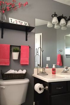 ideas to decorate a small bathroom with colour.