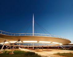 Reportage photos d'un pont suspendu et circulaire strictement réservés aux vélos et piétons ! Pas mal comme concept ! Hovenring, c'est son nom bénéficie d'un design sobre et épuré, qui fait que le pont s'intègre plutôt bien dans l'environnement.