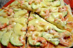 ✔Пицца с креветками. Автор: Элеонора Пучина  Мой любимый рецепт теста на пиццу: Замешиваю тесто...очень оно мне нравится на пиццу.... 600гр.муки ,пачка сухих дрожжей прям в неё,соль,250мл.тёплой воды,50мл.молоко,2ст.л.масла...всё тщательно замешиваем иначе не получится у вас пышное тесто и пицца будет сухая..... За время пока тесто немного подышит готовлю начинку.... Запечённый кабачок порезать на полукольца,отварные креветки,сочный помидор натереть на тёрке,в него добавить острый…