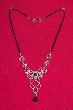 Collier avec pendentif en fil d'aluminium et perles : Collier par creation-zefirum