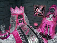 Ghoulebrities in Londoom! Monster High Bedroom, Monster High House, Monster High Birthday, Monster High Dollhouse, Monster High Dolls, Barbie Bedroom, Catty Noir, Doll Furniture, Doll Crafts