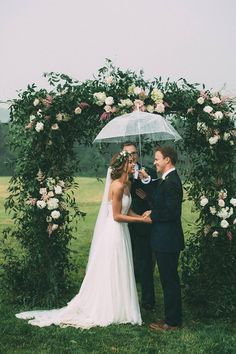 Wedding Photos This rainy wedding ceremony is too cute for words Rainy Wedding, On Your Wedding Day, Perfect Wedding, Dream Wedding, Wedding In The Rain, Rain Wedding Photos, Luxury Wedding, Wedding Pictures, Wedding Altars