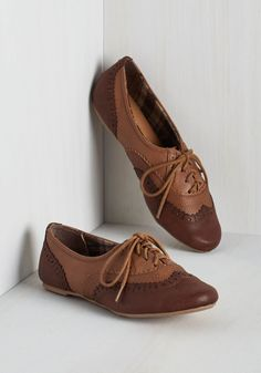 Class Forward Flat in Chestnut. Time to kick into high gear and earn those As - but first, lace up these Oxford flats and show off your style smarts! #brown #modcloth