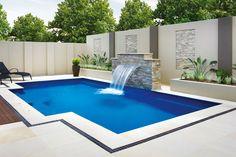 Maßgefertigte Schwimmbecken kommen zum Einsatz, wenn Standardlösungen an ihre Grenzen stoßen. Sie sind in ihrer Gestaltung völlig ungebunden. Ausgefallene Formen, raumgreifende Größen und individuelle Ausstattungen sind umsetzbar.