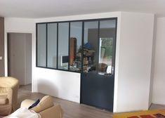 Nous avons fait travailler un métallier pour réaliser les cloisons vitrées des salles de bains et la cloison vitrée du bureau style atelier...