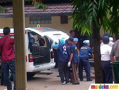 Tim evakuasi menurunkan korban pesawat Sukhoi dari mobil ambulans di RS Polri Kramat Jati, Jakarta Timur, Sabtu (12/5).