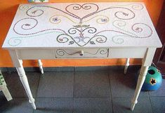 """#tbt de uma mesa cheia de poesia e amor em forma de #mosaico . A arte do mosaico nos permite expressar o que quisermos de diversas formas! Basta estudar explorar e perder o medo de colocar a mão na massa! Essa mesa foi feita há mais de 10 anos (era um móvel """"velho"""" que resolvi transformar) e até hoje toca meu coração. Ela hoje mora na casa de uma cliente amada a Mia!  #alemdaruaatelier #verokraemer #mosaico #mesademosaico #mesamosaico #reutilizacao #amomosaico #mosaicoartistico #mosaicosbrasil"""