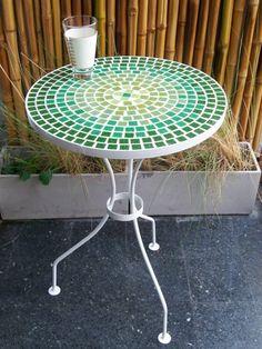 Mesas de hierro con venecitas totalmente artesanales, para balcón y/jardín<br /> <br /> Patas aptas para deck<br /> <br /> 47 cm. de diámetro<br /> 70 cm. de alto<br /> <br /> Colores a elección<br /> <br /> <br /> Recomendamos proteger la mesa en caso de mal tiempo para<br /> no exponerla a la humedad constante.<br />
