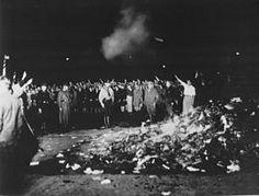 10/05/1933 :autodafé à Berlin où les Nazis brûlent sur la place publique plus de 25 000 livres d'auteurs désormais interdits en Allemagne.
