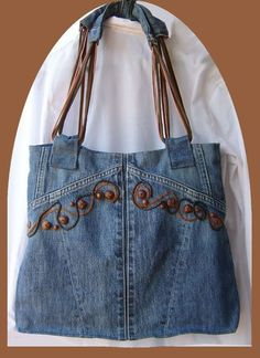 Recycled denim purse with embroidery Jean Crafts, Denim Crafts, Jeans Recycling, Bow Shirts, Denim Purse, Denim Bags From Jeans, Denim Ideas, Recycled Denim, Fabric Bags