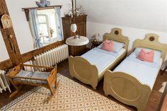 Postavili novou roubenku s jezírkem. Vytápí ji kachlová kamna s ležením - iDNES. Folding Furniture, Toddler Bed, Cottage, Home Decor, Pictures, Child Bed, Decoration Home, Room Decor, Cottages