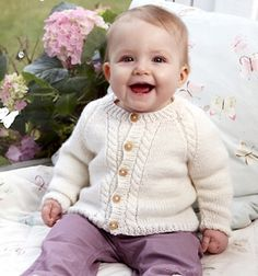 Klassisk babytrøje, til både piger og drenge, med snoninger langs både forkanter og raglanindtagningerne