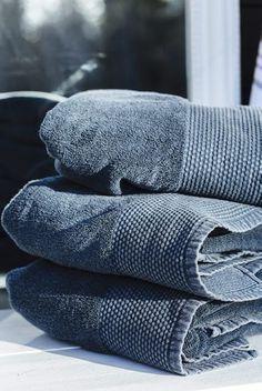 Marseille håndklær i vasket blå farge. Bathroom Accessories, Towel, Cottage, Interior, Beach House, Marseille, Summer, Beach Homes, Bathroom Fixtures