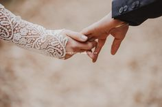 Mariage d'automne. Photographe professionnelle Celine, Holding Hands, Professional Photographer, Photography, Hand In Hand