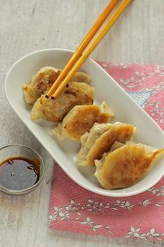 Gyoza alla piastra_ ravioli cinesi Asian Chicken Recipes, Asian Recipes, Sushi Recipes, Cooking Recipes, Sushi Co, Gyoza, Exotic Food, International Recipes, Menu