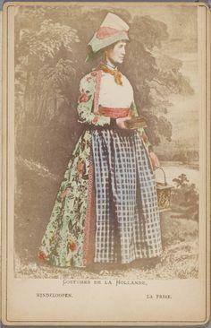 Vrouw in Hindelooper streekdracht. Uit een voor de Franse toeristenmarkt gemaakte leporello met 12 met de hand ingekleurde kabinetfoto's van Nederlandse streekdrachten. 1875-1885 #Friesland #Hindeloopen