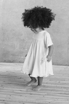 Criança feliz de cabelo solto e livre... sem pentes finos e desembaraços à seco... sem mãos à puxa e elásticos à apertar... não sente dor no pescoço a cada puxada do pente... não ouve lamentos da mãe de como seu cabelo é trabalhoso e seria melhor se fosse outro... criança feliz e satisfeita... é adulto que se aceita que sabe que seu cabelo é lindo como é por fazer parte dele ser o que é.