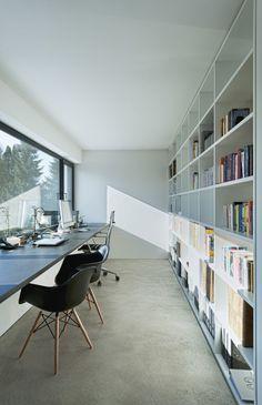 Domowe biuro, domowy gabinet, biblioteczka. Zobacz więcej na: https://www.homify.pl/katalogi-inspiracji/39901/ferrari-wsrod-domow-jednorodzinnych