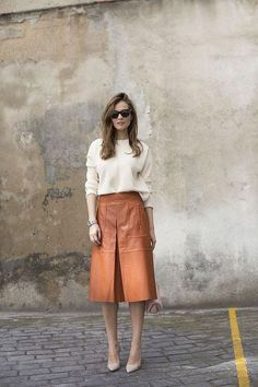48 Elegant Midi Skirt Winter Ideas It hasn't been long since the last day of the London fashion week, but fashion stores have already replaced their […] Brown Leather Skirt, Leather Midi Skirt, Winter Skirt Outfit, Skirt Outfits, Winter Midi Skirt, Midi Rock Outfit, Midi Skirt Outfit Casual, Winter Rock, Moda Chic