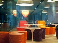 Nhow hotel MI ristorante (M. Thun) lampadari a campana vs rumore --> orientano verso il basso il sonoro percepito soltanto da coloro che si trovano seduti attorno al tavolo --> atmosfera intima e confidenziale http://www.nh-hotels.com/nh/hotel-gallery/bar-1107230--nhow-milano_t2-z2w.jpg