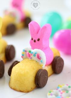 How to make Peeps Race cars for Easter! An easy kids craft idea for an Easter party using Peeps, Twinkies, pretzels, and small Oreos for wheels. Easy Easter Desserts, Easter Treats, Easter Recipes, Easter Snacks, Easter Deserts, Easter Cookies, Easter Dinner, Easter Party, Easter Gift
