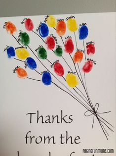 Een schilderij met vingerafdrukken van alle kinderen uit de klas.:
