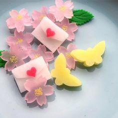 越乃雪本舗大和屋さんはInstagramを利用しています:「お雛様の上生菓子も ご用意出来て居ります。 男雛は銀箔 女雛は桜紋 衣装もそれぞれ華やかに。 干菓子のお詰め合わせ と合わせていかがでしょうか。 #お雛様 #ひな祭り #上生菓子 #練り切り #和菓子 #越乃雪本舗大和屋 越乃雪」 Japanese Wagashi, Japanese Sweets, Mochi, Bento, Cant Stop Loving You, Snacks, Confectionery, Candy, Cherry Blossoms