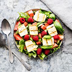 Strawberry Spinach Salad with Avocado, Chicken & Lemon Dressing - perfect healthy low carb / keto lunch made with fresh greens, avocado, nuts & cheese. Avocado Spinach Salad, Spinach Strawberry Salad, Avocado Salat, Avocado Chicken, Spinach Salads, Keto Avocado, Healthy Cooking, Healthy Eating, Healthy Recipes