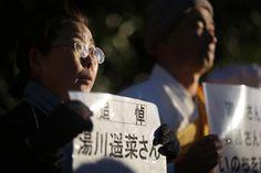 """Una mujer sostiene una pancarta con el mensaje: """"En memoria de Haruna Yukawa"""", el rehén japonés asesinado por Estado Islámico durante una protesta frente a la residencia del primer ministro japonés en Tokio."""