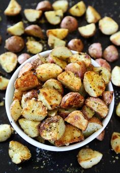 3-Ingredient Roasted Parmesan Pesto Potatoes Side Dishes For Salmon, Potato Side Dishes, Best Side Dishes, Vegetable Side Dishes, Vegetable Recipes, Side Dish Recipes, Dinner Recipes, Pesto Potatoes, Greek Potatoes