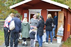 Turkansaaren lipunmyyntipisteessä toimii pienen pieni museokauppa Kirstu. Kaupan hyllyltä löytyy mukavat muistiaiset ja makoisat maistiaiset kotiin viemisiksi.