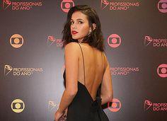 Bruna Marquezine aposta em decotaço para prêmio 'Profissionais do Ano'