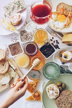 light lunch con miele semi di lino, semi di girasole pane integrale, olive e formaggio