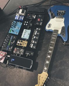 "Gear Nerds en Instagram: ""@roman5018 has a beautiful guitar and board. I spy a @shnobeltone custom modded VP Jr! In a few hours we will be releasing a full review and walk thru of the mod itself. Keep your eyes peeled! #Gearnerds #shnobeltone"""