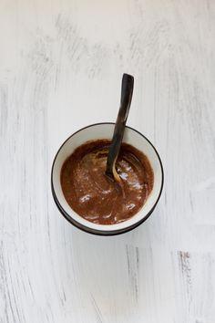Cette recette toute simple et toute rapide (on parle de 2 minutes montre en main !!) est née d'une envie soudaine de plaisir chocolaté. Composée de cinq ingrédients que j'ai toujours sous la main, ma crème crue au chocolat express... Raw Food Recipes, Veggie Recipes, Great Recipes, Dessert Recipes, Healthy Recipes, Raw Desserts, Gluten Free Treats, Vegan Life, Nutella