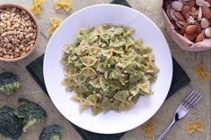 La pasta al pesto di broccoli è un primo piatto saporito e genuino che esalta il sapore di questi ortaggi.