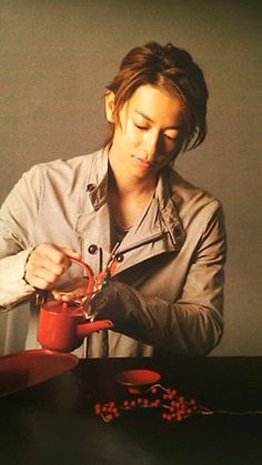Sato Takeru (Kenshin's actor) pouring Tea. This image makes me think of Kenshin so I added it.  He looks so graceful.