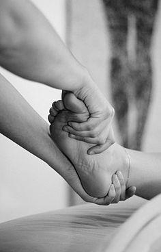 Falsches und zu enges Schuhwerk , geschwollene Beine und schmerzende Füße; wer kennt das nicht . Regelmäßige Fuß- und Beinmassagen schaffen Erleichterung . Termine in Berlin unter : Www.facebook.com/sarahkatharinameinehaende