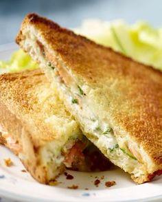 Deze croque met gerookte zalm en kruidenkaas is een verfijnde variatie op de klassieke croque monsieur. Lekker als lunch of tussendoortje. Food N, Good Food, Food And Drink, Yummy Food, Lunch Snacks, Savory Snacks, Sandwiches For Lunch, High Tea, I Foods