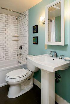 peinture turquoise et carrelage métro blanc dans la salle de bain rétro