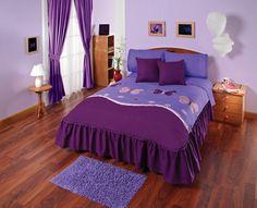 Mariposas llamativas rosa y púrpura están impresas es este hermoso producto. Especial para mujeres que disfrutan de la naturaleza. Bed Sheets, Hello Kitty, Quilts, Pillows, Planes, Furniture, Home Decor, Flower, Curtains