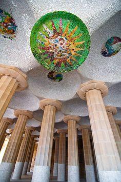 Gaudí. Entre otras cosas, se puede destacar la aplicación a la arquitectura de técnicas de decoración artesanas (vidrieras, hierro forjado, muebles diseñados por él mismo) y su singular empleo de los mosaicos de fragmentos de cerámica de vivos colores. Parque Güell .