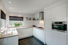 Bekijk de foto van michellefreeke met als titel RTL Woonmagazine keuken rustig wit hoogglans en andere inspirerende plaatjes op Welke.nl.