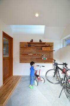 屋外に置くには場所や雨の心配があり、なかなかスペースが決まらない自転車も、土間なら悩みが見事に解決されます。さらに自転車の色が土間にアクセントをもたらせてくれます。リフォーム・リノベーション会社:株式会社アルティザン建築工房「玄関土間は自転車ピット」