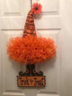 Creepily stunning DIY Halloween Wreath ideas - Hike n Dip DIY Halloween Wreaths are easy to make and can be made using simple dollar store items. Make your Halloween door decorations special with these easy wreaths Halloween Mesh Wreaths, Halloween Door Decorations, Deco Mesh Wreaths, Holiday Wreaths, Halloween Crafts, Holiday Crafts, Halloween Witches, Halloween Designs, Wreath Crafts